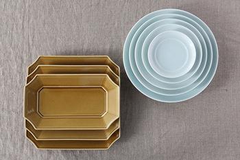 角皿と別シリーズの丸皿はサイズが異なっても重ねて収納することが可能。お家での置き場所に困らない嬉しい配慮ですね。