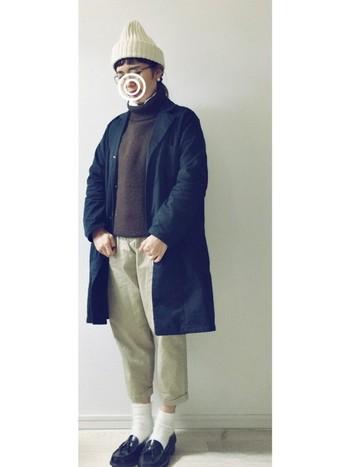 オーバーサイズのロングアウターにタートルネックニット、チノパン、ローファーの大人カジュアルコーデ。パンツの裾がハンパ丈なのでメンズライクながらもかわいらしい印象に♪