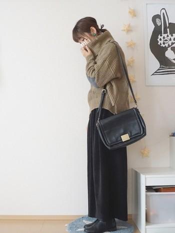オーバーサイズのあったかそうなタートルネックニットはロングスカートに見えるワイドパンツで女性らしく。ベロア素材は今年の流行でもあるので、どんどん取り入れましょう。