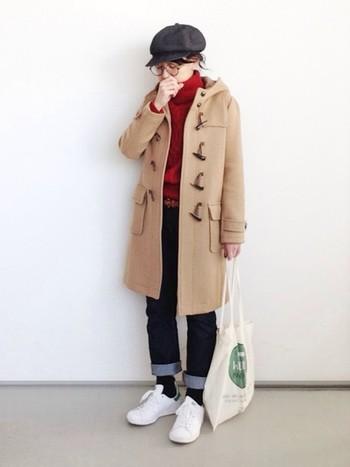 ベージュのダッフルコートにはやっぱり赤のタートルネックニットがよく似合います。キャスケットを合わせて、ちょっぴり少年のような雰囲気のひとあじ違ったスタイルにもチャレンジしてみたいですね♪