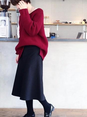 デートにもぴったりなマーメイドラインのスカート。しなやかで美しいラインのスカートを一枚持っていると、ちょっとしたパーティーにも便利です。ゆったりニットをフロントインして、今年っぽい着こなしに。