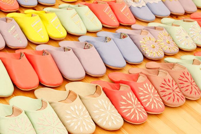 モロッコのバブーシュはビビットな色使いや派手な装飾が施されたものが多いですが、日本のバブーシュは華やかなものからシンプルなものまで、デザインや素材のバリエーションが豊富です。自分の好みやインテリアのテイストに合わせて、ピッタリのものを選びたいですね。