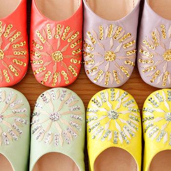 普段外出用にはく靴はできるだけシンプルなものがよいという方でも、室内履きはかわいく華やかなものにして冒険してみるのもいいかも☆ 履いていると心がウキウキするようなお気に入りのバブーシュを探してみませんか?