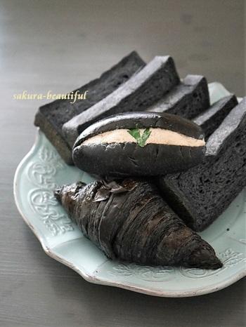 一瞬、目を疑う真っ黒のパン。実は紀州の備長炭を微粉末にした「食用炭」を生地に練り込んだパンなんです。食用炭は身体の中の不純物を取り除く効果があるそう。手前からクロワッサン、おからを挟んだコッペパン、食パンです。