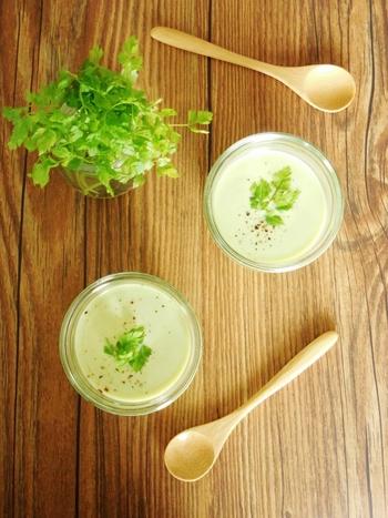 ミキサーにかければ、スープとしても楽しめます。こちらはアボカドのクリーミーさを活かしてポタージュに。塩麹を使うことでさらにコクが出るそうですよ。