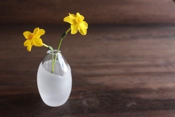 ガラスの厚みのある部分をサンドブラストで加工して、シンプルな中にアクセントを。庭にある小さなお花や葉っぱなどを いけるのもステキですね。