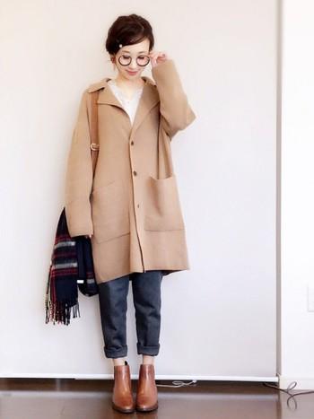 あえてパンツの裾をロールアップして、きれいなブラウンのショートブーツを強調。ショートブーツは半端丈のパンツとも相性バツグンです。寒いときは、靴下をちょこっとのぞかせましょう。