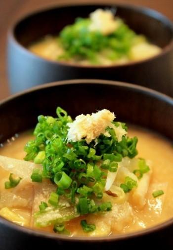 お味噌を溶かして、おからを入れたらひと煮立ち。最もお手軽な食物繊維の摂り方です。寒くなったら酒粕も加えて温活味噌汁に♪