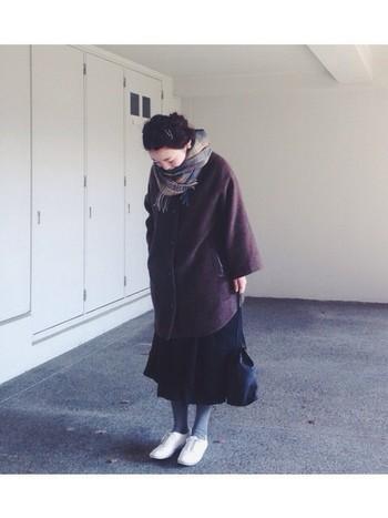 ブラウン×ブラックでシックな雰囲気の冬コーデにグレータイツを。足元に軽めの色をプラスすることで、ダークカラーコーデでも全体が重たくなりません。