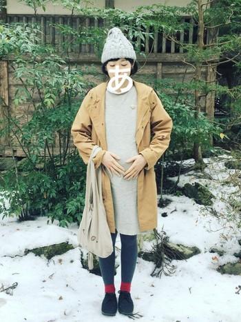 冬に楽しみたい足元コーデといえば、やっぱりコレ。レギンスやタイツに靴下を重ねると、足元がグンとナチュラルな雰囲気に。防寒にもなるので、一石二鳥ですね。