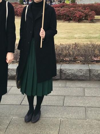 ネイビーはグレーと合わせた方が素敵ですが、グリーンやブルーは黒との相性が抜群。黒はグリーンの美しさをより引き立ててくれるカラーなんですよ。