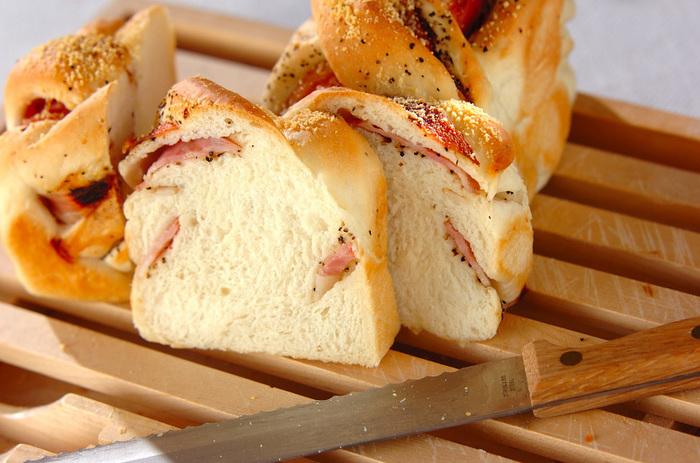 ベーコンのカリカリと黒コショウがやみつきになる食パン。レシピではガスオーブンが使用されていますが、オーブンによって温度や焼き時間が違うので、調整しましょう。