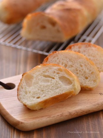 パンといえばフランスパン♪ シンプルだけど、噛めば噛むほど味わいが感じられます。 焼く前にたっぷりと霧吹きで水をかけます。