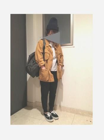 ニット帽にスニーカー、リュックのカジュアルコーデがお似合い♪こちらも、インナーとジャケット以外は黒色で統一してクールな大人の印象に。