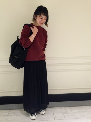 カットソーにロングスカートを合わせた、落ち着いた大人カジュアルコーデにも黒色なら違和感なく持つことができます。