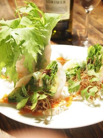 同じく東南アジアのタイ風生春巻き。パクチーや香草をたっぷり包んだ生春巻きに、生クリームでまろやかにしたチリソースをかけて。おしゃれなレシピは、おもてなしにも良さそうです!