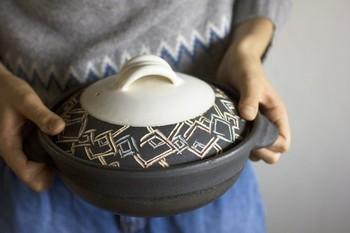 使用前に米のとぎ汁やお粥を煮込むなどの準備は不要、オーブンもOKという嬉しいお鍋。火持ちが良く保温性が高いため、素材への味の染み込みが良いのが特徴です。