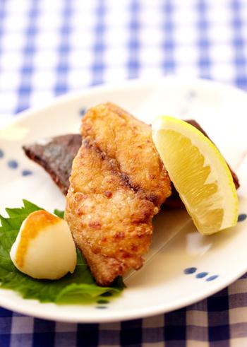 下味をしっかり付けた竜田揚げは、レモンや大根おろしと一緒にさっぱりといただきましょう。基本の作り方をマスターしておけば、他のお魚やお肉にも応用できますよ。