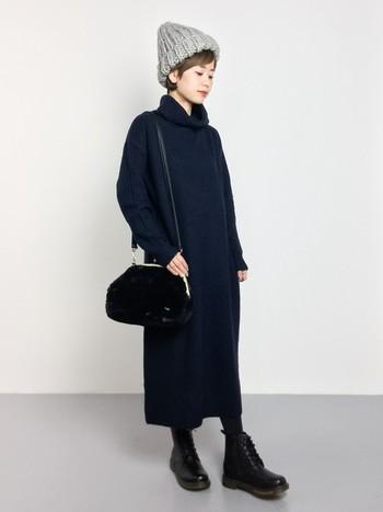 ネイビーのシンプルなタートルロングニットワンピース。ざっくり編みのニット帽やファーのショルダーバッグなど小物使いでよりあたたかな印象に仕上がります。