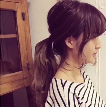 WEB上にはプロの美容師さんが、後れ毛のアレンジ方法を動画で紹介しているものがたくさんあります。出し方や分量などの参考になりますよ。