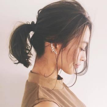 まとめ髪を、よりおしゃれに女性らしく見せてくれるのが、耳周りやうなじの「後れ毛」。何気ないまとめ髪でも華やかさを出せるので、クリスマスなどのパーティーヘアにもおすすめです。