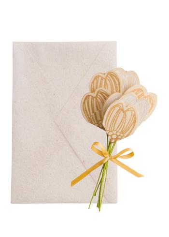 お祝いの席にぴったりな花束カード。花びらを広げれば、中にメッセージを書くことができます。参列してくれた人の席に、一言添えて一本ずつ置いておくのはいかが?逆に、寄せ書きにして新郎新婦へ贈っても喜ばれそうです。