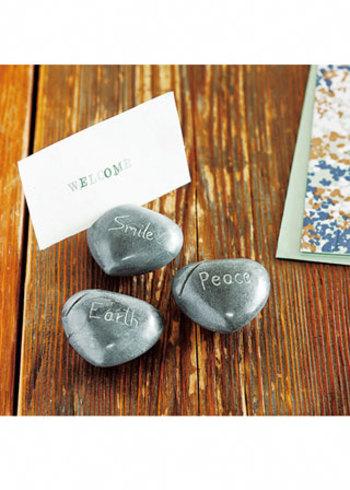 インドの天然石、パレワ・ストーンにポジティブな言葉が手彫りされた素朴で小さな置物。そのままペーパーウェイトに使ってもいいし、切り込みが入っているのでカードホルダーにも使えます。受付にさりげなく置いておくと、とてもかわいらしいですよ。