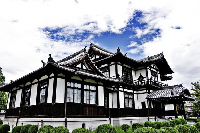 白い漆喰壁と黒い柱のコントラストが印象的な建造物、華甍(はないらか)は1903年に建てられた奈良県指定有形文化財です。館内では、今井町の歴史にまつわる資料が数多く展示されています。