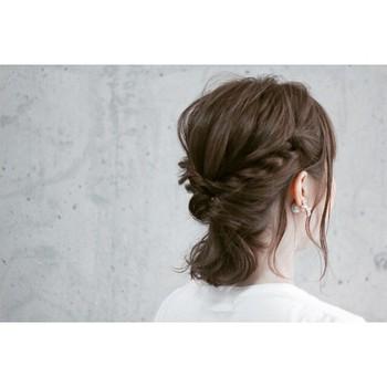 """後れ毛は、出し過ぎても、出さなさ過ぎてもダメ。はじめは指先で""""ひとつまみ""""の量を目安にすると、バランスが取りやすくなります。"""