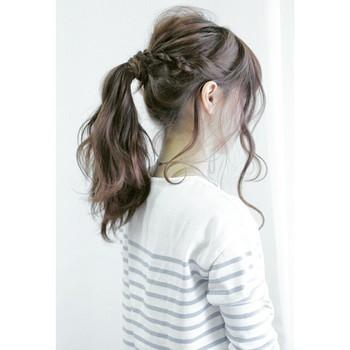 動きのある後れ毛がエレガントな雰囲気。日常からパーティーまで、幅広く対応できるアレンジです。