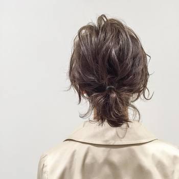 ショートヘアの後れ毛は、ハネ感で遊び心を出すと可愛い♪ピョンピョンとっても賑やかです。