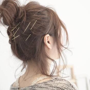 顔横の後れ毛は耳の前で分け、半分を耳にかけて残りは自然に前に垂らすのがおしゃれ♪こなれたルーズ感を演出できます。