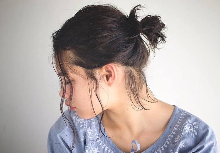 高めの位置で結ぶと子供っぽくなりやすいのですが、後れ毛で抜け感を出すと、飾らないのに色っぽいヌーディーな印象に。