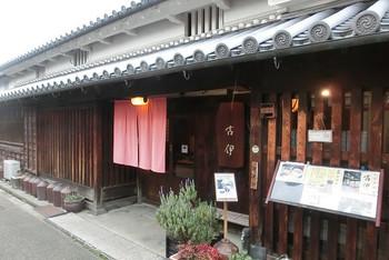 今井町集落内の家屋は、ほとんどが民家ですが、町屋建物を改装したカフェも数件あります。古伊は、町屋建物を改装したカフェの一つです。