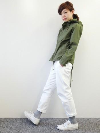 カーキ×白パンツというさわやかなスタイルも秋冬に取り入れてみたいですね。パンツの裾をまくって靴下を見せるのもオススメです。色で遊んでもよさそう。