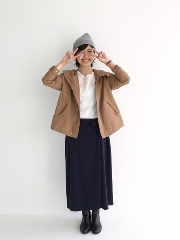 落ち着いた女性らしいスカートと合わせたカジュアルミックスコーデもGOOD♪ニット帽でカジュアルさをプラスしています。色合わせも絶妙。