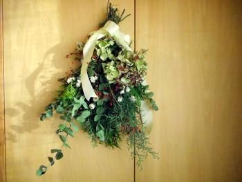 美しい緑ヒバとブルーアイスに、ドライのユーカリ。枝についたまま乾いた冬のアジサイ、そして可愛いノイバラの実とアンモビュームをあわせました。花の少ない冬のお部屋に、優しい華やぎを添えます。
