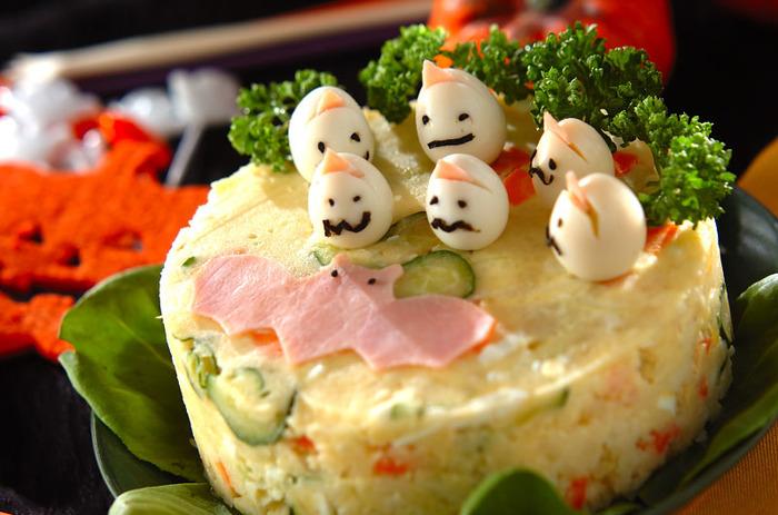 ハロウィンにはこんな飾りつけのポテトサラダはいかが?ハロウィンだけでなく、クリスマスやホームパーティー、誕生日会がパッとにぎやかになる盛り付けです。