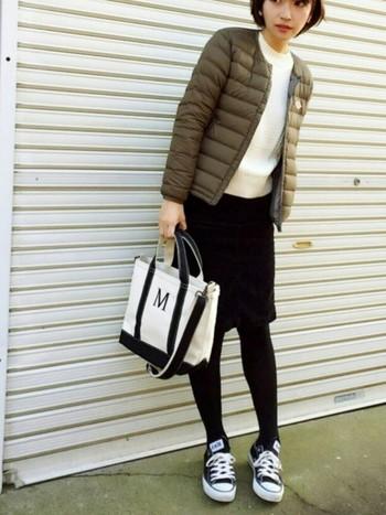 ニット×スカートの女性らしいコーディネートにダウンを羽織り、足元をスニーカーで外したスポーツミックスコーデ。カラー、デザインのバランスがこなれた印象のダウンジャケットは、大人の女性にもぴったり。
