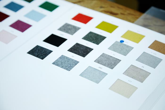 欲しい色の糸が無い場合は、別注でつくってもらうことも。例えばグレーの糸を使うとしても、綿の段階で白や黒、紫やベージュといった異なる色がすこしずつミックスされたものを選びます。これにより、深みのあるメランジェ調のニットに仕上がります