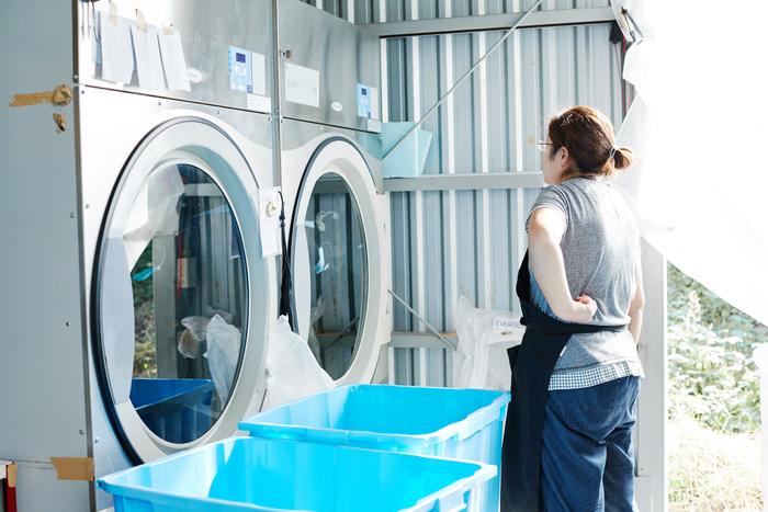 素材の油を落とし、風合いを出す洗いの加工も自分たちで。染色工場で働く人の高齢化が進んで外注できなくなったという背景もありますが、これにより自由に仕上がりをコントロールできるようになりました