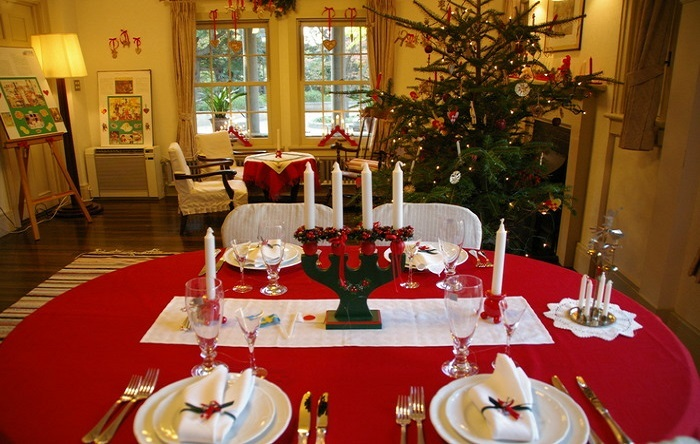 画家カール・ラーション、児童文学者アストリッド・リンドグレーンの作品をモチーフに、赤と白のファブリックで古き良きスウェーデンのクリスマスを表現したとのこと。
