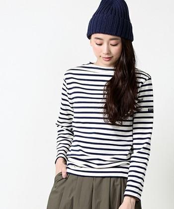 フレンチカジュアル不朽の定番であるバスクシャツが有名な「セントジェームス」。ブランド誕生は1889年。当時の漁師や船乗りたちの仕事着であるマリンセーターを生み出したのが、今のバスクシャツの原型となっているそう。ピカソが愛着していたことでも有名ですね!