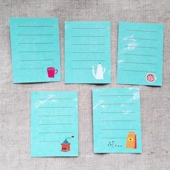 表面にあるスクラッチシールを削ると、 コーヒーにちなんだゆるーい占いが!1枚だけ凶もあるのでスリリング(内容は軽めですが)。ユーモアあふれるカードです。
