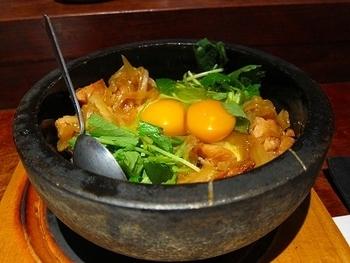 おすすめは名物の石焼親子丼。コクのある京都産の赤たまごが3個も使われています。とろっとろの半熟卵と、パリパリのおこげになった石鍋ごはんのコラボレーションが嬉しい親子丼は、やみつきになること間違いなしです。