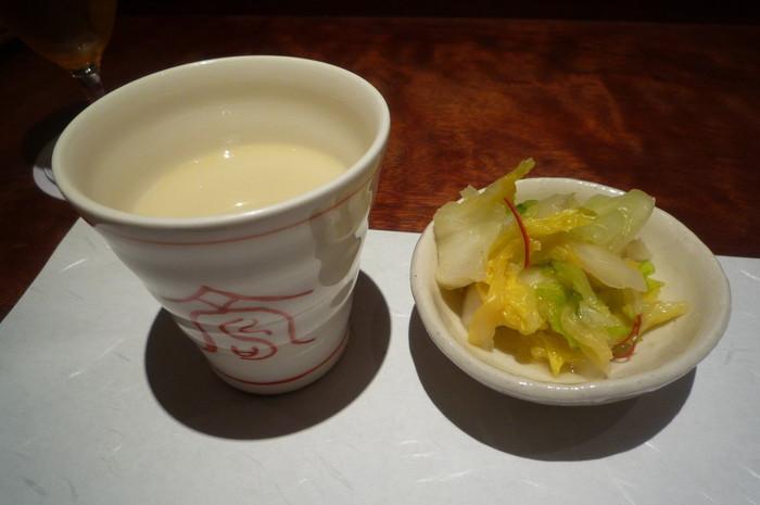 石焼親子丼セットには、侘家鶏の白濁スープとろまったりと、お漬物がついています。白濁スープに原了郭さんの黒七味を入れると、味が変わって二度楽しめます。