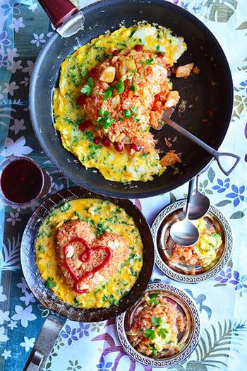 「オムライスは好きだけど、作るのは苦手」なんて人もいるはず。フライパンオムライスなら、卵でキレイに包めなくてもそのままでOK!工夫して可愛くおしゃれに盛り付けましょう♪