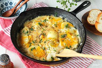 小麦粉いらずでとろりと仕上がる、ポテトグラタンのレシピ。アンチョビをいれることで北欧風になりますよ。トースターで焦げ目が付けられない代わりに、パン粉をローストしたものをかけてカリカリ感を出すのがポイント!