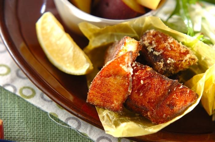 ぶりは唐揚げにしても美味しいお魚です。こちらのレシピでは片栗粉にカレー粉を混ぜて、スパイシーな味付けに仕上げています。コツは下味に塩麹を塗り、2時間以上置いておくこと。ふっくらやわらかく揚がるそうですよ☆
