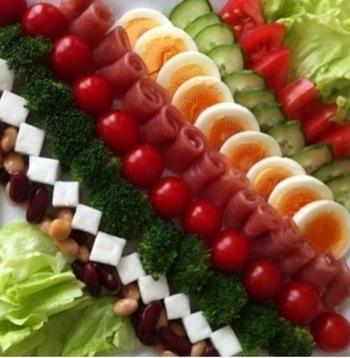 ハリウッドのレストランオーナーが考案し、彼の名をとって名付けられた「コブサラダ」。レタスやゆで卵、トマト、アボカドなどが定番ですが、並べ方を一工夫するだけで、ホテルブッフェのよう♪これなら、苦手な野菜はとらないので子供も食べやすく、つくるのも簡単です。四角く切ったはんぺんの白が良いアクセントになっています。